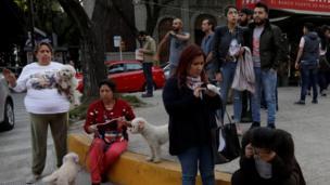 Personas esperan en la calle tras el sismo