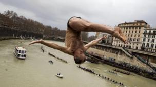 شخص يقفز من فوق جسر إلى نهر