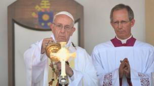 Pope Francis oversees Mass in Dhaka