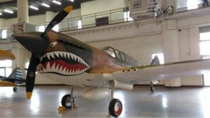 陈纳德将军以美造P40小鹰式战斗机(如图)成立了飞虎队,为保障二战时期中国大后方的防空安全做出了极大的贡献。