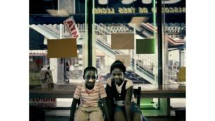Dos hermanos de Ghana sentados en una panadería.