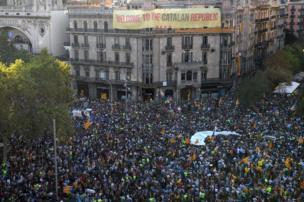 İspanyol polisinin Katalonya'nın bağımsızlık referandumu kararı sonrası Katalan hükümet binalarına baskın düzenlemesi, Barcelona'da binlerce kişi tarafından protesto etti.