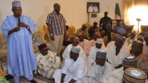 Gwamnan jihar Borno Kashim Shettima yayin da ya kai ziyara fadar Sarkin Biu bayan wani harin kunar bakin waken da aka kai kasuwar Biu a makon jiya