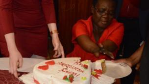 Josephita Mukhobe, katibu katika wizara ya mipango maaluni nchini Kenya anakata keki ya kuadhimisha siku ya Valentines