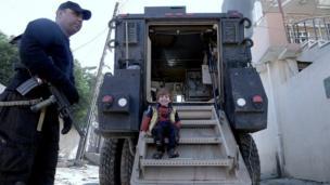 طفل عراقي يعتلي مركبة عسكرية