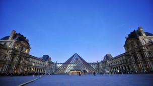 الهرم الزجاجي في متحف اللوفر