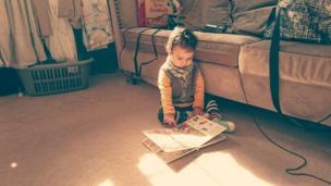 طفل صغير في طور النمو