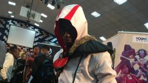 Guy wey dress as Assassin Creed