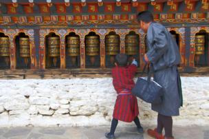 Un padre y su hijo en un centro de oración.
