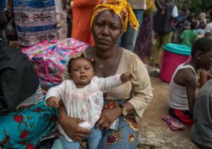 """Kadiatu Bendu: """"J'ai perdu mon mari et ma fille de 16 ans. Il m'a sauvé ainsi que mon bébé. C'est quand il a essayé de réveiller ma fille qu'un immense rocher leur est tombé dessus. J'étais sur le toit de la maison avec le bébé. J'ai tout vu mais je n'ai rien pu faire"""""""
