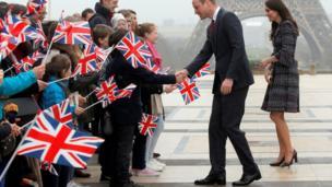 剑桥公爵夫妇在埃菲尔铁塔前
