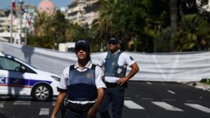 Policías en Niza