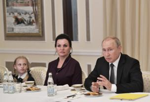 كان بوتين قد التقى يوم السبت أسر ضحايا الغواصة الذين قتلوا في بداية الشهر الجاري.