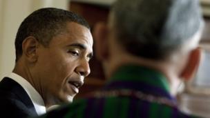حامد کرزی در هنگام گوش دادن به سخنرانی آقای اوباما در قصر سفید (۲۰۱۰)