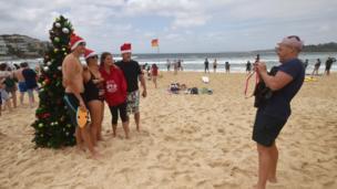 澳大利亚居民涌到沙滩游泳庆祝圣诞