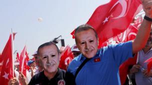 Bazı katılımcılar yüzlerine Cumhurbaşkanı Erdoğan'ın maskesini taktı.