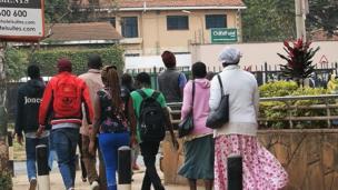 Baadhi ya wananchi jijini Nairobi wakielekea nyumbani kabla ya saa kumi na mbili jioni kama walivyoagizwa iliwaaeze kuhesabiwa wakiwa majumbani mwao.