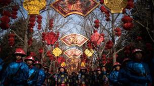 د چین بیجینګ په یوه معبد کې د مراسمو ګډونوال د قربانۍ یوه دود تمثیل لپاره تمرین کوي.