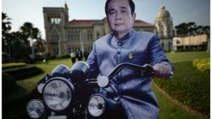 Trẻ em Thái Lan có thể đến Phủ Thủ tướng thăm các tấm hình to bằng người thật của nhà lãnh đạo lên cầm quyền sau cuộc đảo chính 2014.
