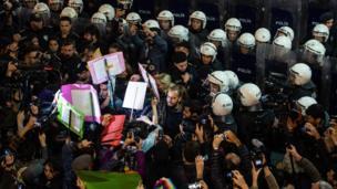 اشتباكات بين متظاهرين وشرطة مكافحة الشغب بمناسبة اليوم العالمي للقضاء على العنف ضد المرأة.