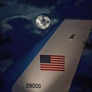 La luna entre nubes junto a la cola del avión presidencial de EE.UU.