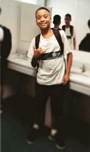 Menino com uniforme escolar