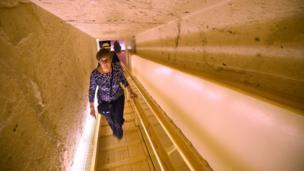 Una mujer entra a la tumba de Tutankamón.