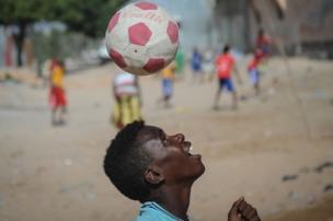 صبي يلعب كرة القدم