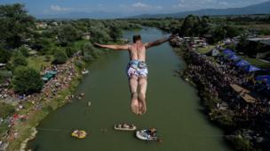 22 يوليو/تموز جاكوفا كوسوفو: رجل يقفز من ارتفاع 22 مترا من فوق جسر أورا إي شينيتي خلال المسابقة السنوي للغطس من ارتفاع.