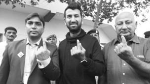 લોકશાહીની પૂજા : ભારતીય ટેસ્ટ ક્રિકેટર ચેતેશ્વર પૂજારાએ (વચ્ચે) તેમના પિતા અરવિંદભાઈ પૂજારા (જમણે) અને રાજકોટના કલેક્ટર વિક્રાંત પાંડે (ડાબે) સાથે મતદાન કર્યું હતું