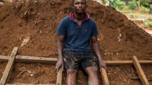 عبدول منساراي يجلس على السلم الذي استخدمه للنجاة من الفيضان