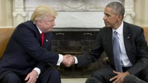 د اوباما او ټرمپ په لاس روغبړ