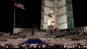 پرچم نیمه افراشته کوبا برای ادای احترام به فیدل کاسترو در میدان انقلاب در هاوانا، کوبا