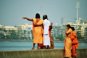Un grupo religioso conversa en el paseo marítimo de Bombay, India.