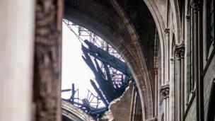Destrozos en la cubierta de madera de Notre Dame.