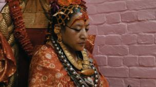 دانا بجراچاریا بیش از ۶۰ سال است که کوماری باقی مانده. او در سن ۲ سالگی بر این مقام برگزیده شد ولی هیچ وقت پریود نشد. او تا ۳۰ سالگی کوماری رسمی پتن باقی ماند، تا اینکه شاه نپال دستور داد که او را جایگزین کنند – چون کوماری ها به صورت سنتی، باید دختران خردسال باشند.