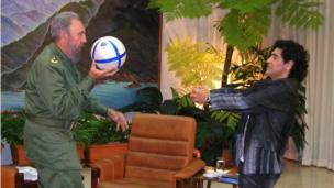 Fidel Castro joga com seu amigo Diego Armando Maradona