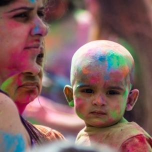 Niño manchado con pintura