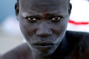 مهاجر أفريقي يصل إلى قاعدة بحرية بعد إنقاذه على يد خفر السواحل الليبية