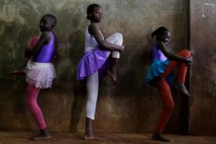 راقصات باليه صغيرات في العاصمة الكينية نيروبي.