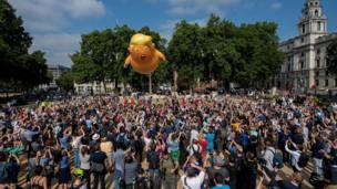 Người biểu tình thả một khí cầu có hình TT Donald Trump cao 6 mét, còn được gọi là 'Em bé Trump', tại Quảng trường Quốc hội ở London hôm 13/7.