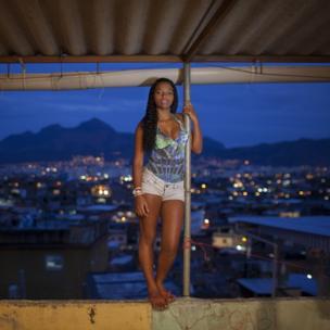 Madre adolescente de 16 años de Brasil.