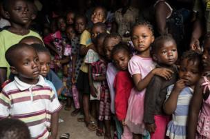 أطفال مصطفون لتلقي مساعدات في فريتاون
