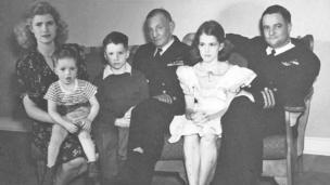 Портрет родини Джона Маккейна, орієнтовно 1944 рік. (Зліва направо: Роберта (матір Джона), Джо, Джон С. Маккейн ІІІ, адмірал Джон С. Маккейн, Сенді, Джон С. Маккейн-Молодший)