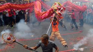 马尼拉中国城爆竹声中飞龙起舞