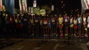 Di runners dem for di beginning line.