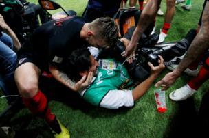 لاعبو كرواتيا ساعدوا كورتيز على النهوض بعد وقوعه أرضا أثناء التصوير