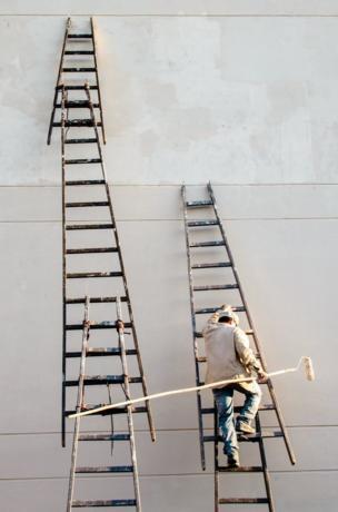 บันไดลิงและคนงานก่อสร้าง