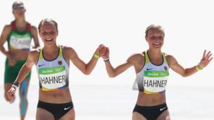Lisa y Anna Hahner atravesando la meta tomadas de la mano en la maratón