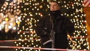 Полицейский на фоне елки